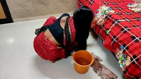 देसी कामवाली बाई को मालिक ने मैडम घर पर नही थी तो अच्छे चोदा और उसकी चुत फाड़ दी। हिन्दी गंदी आवाज़